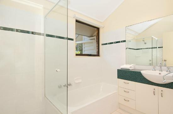 Glen Eden Beach Resort: bathroom 1-2 bedroom