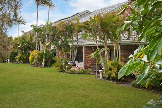 Glen Eden Beach Resort: grounds garden