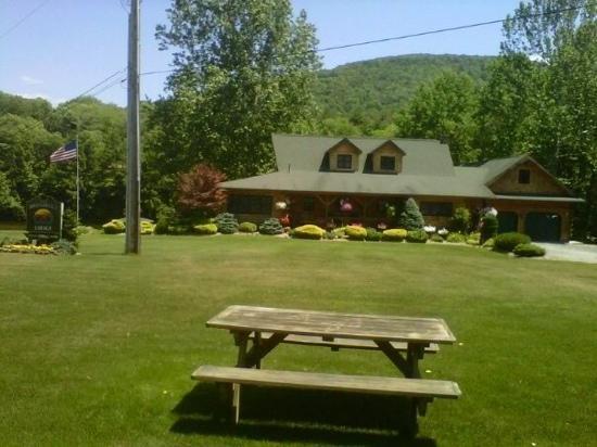 Rough Cut Lodge: Main cabin/office