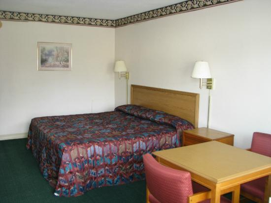 Deluxe Inn: king size bed