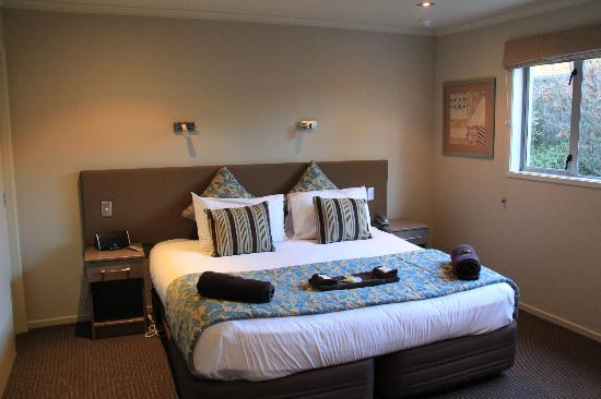 Beechtree Suites - Heritage Boutique Collection: Our comfortable, warm bed that was waiting for us!