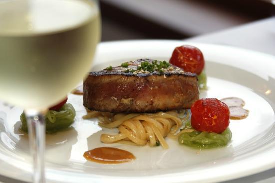 V Restaurant at Sofitel Fiji Resort : Seared Tuna