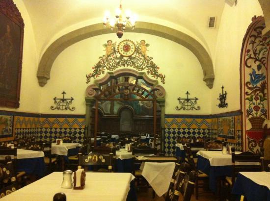 Cafe de Tacuba : vista hacia el fondo.