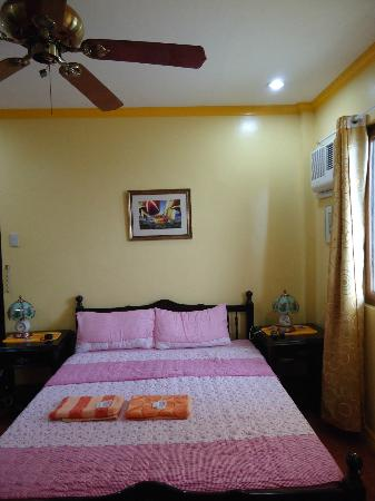 Red Parrot Inn: Room
