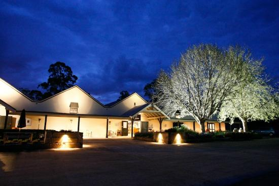 Branxton, Australien: Our cellar door at night
