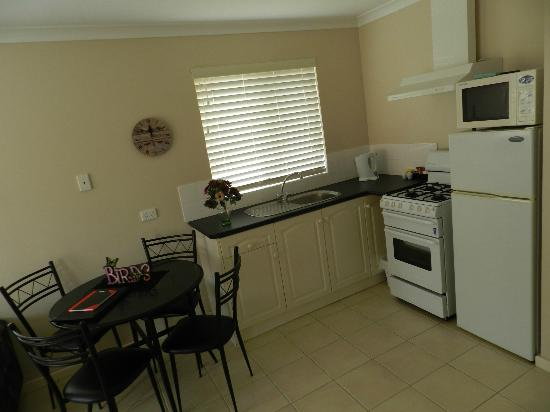 Harbourside Motel: Fully equipped kitchen in self catering unit