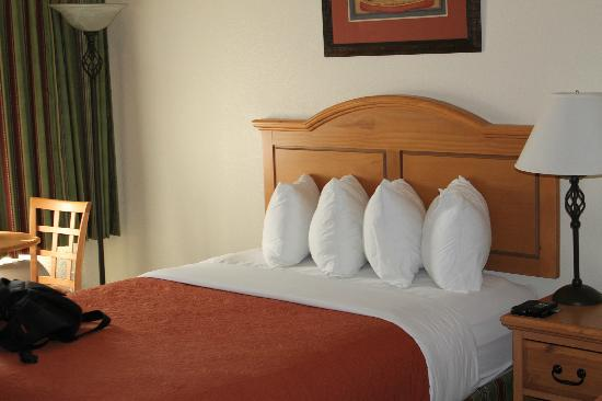 Cimarron Inn Klamath Falls: one of the queen size beds in the room
