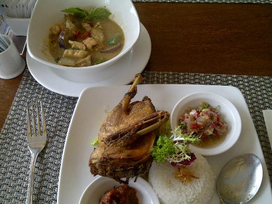 The Sunset Bali Hotel: Yummy green curry seafood and crispy duck