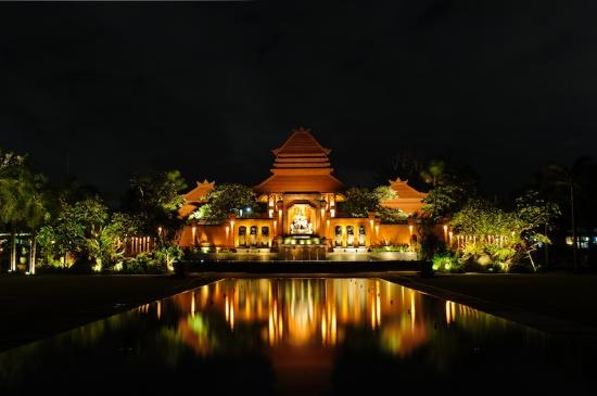 Paon Doeloe Restaurant: Taman Bhagawan at night