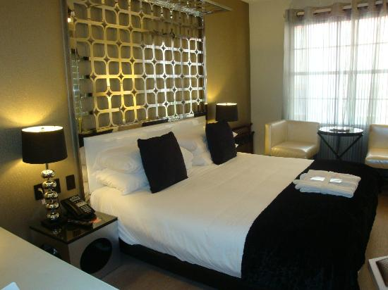 Room Mate Waldorf Towers: Bed and Decor