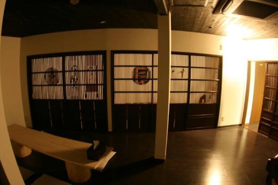 Chiyoda Inn : 京都から取り寄せた板戸のあるロビーは町家をイメージしました。Lobby lounge(The sliding doors from Kyoto)