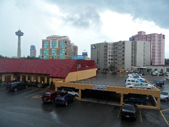 Howard Johnson Hotel by the Falls Niagara Falls: Blick aus dem Fenster zum Parkplatz.