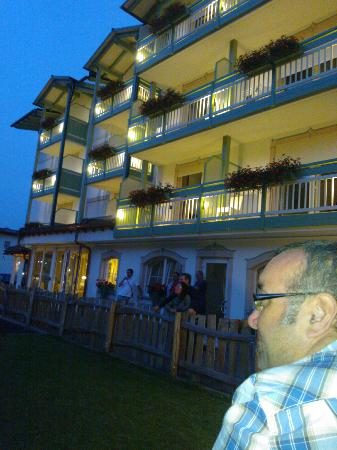 Alpino Family Hotel: l'hotel Alpino illuminato la sera