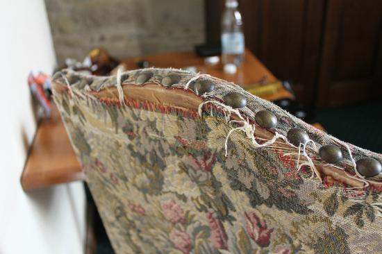Hotel de Blauvac : Frayed upholstery