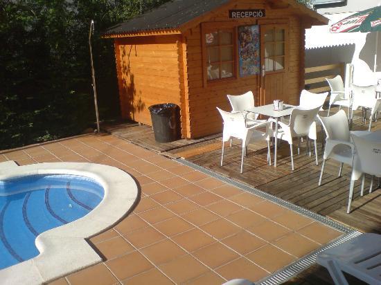 Apartamentos AR Caribe: Pool, reception hut and chairs