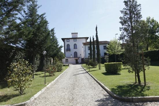 Villa La Fornacina : Viale ingresso Villa