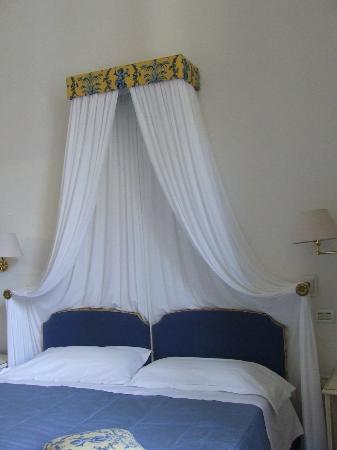 Palazzo Ruspoli: Letto matrimoniale ampio e comodo