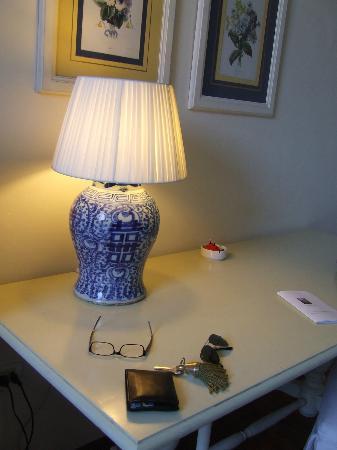Palazzo Ruspoli: Lampada e ampia scrivania