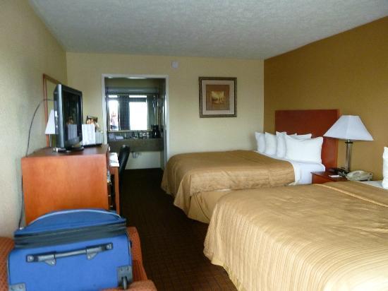 Quality Inn & Suites Conference Center: Blick von der Türe ins Zimmer