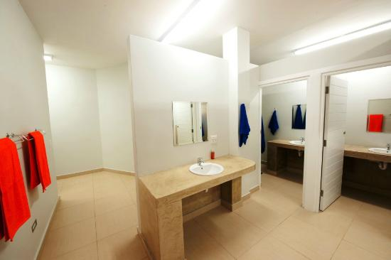 Plett Beachfront Accommodation: Dorm Bathroom