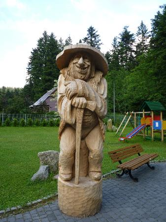 Karolowka Hotel: One of the wooden carvings in the hotel grounds
