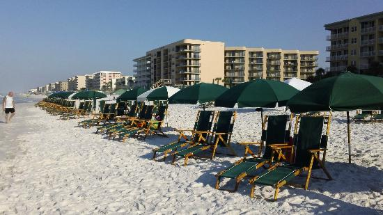 Waters Edge Beach Resort: Daily beach set-up included w/rental!!!