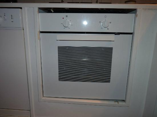 DormiRoma Apartments : The oven came out when you open the door