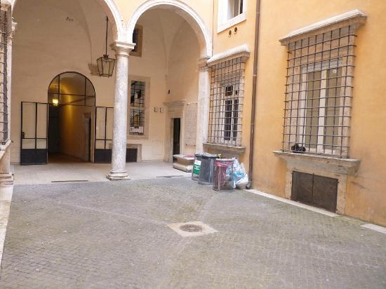 DormiRoma Apartments : The historic chiostro - with garbage cans