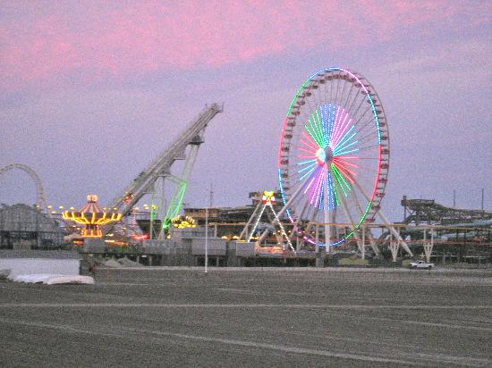Holly Beach Hotel : Ferris wheel at the amusement park on the Wildwood boardwalk