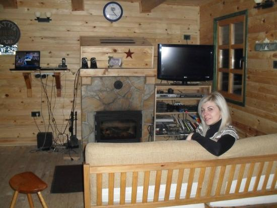Hostel Montana: Living room with great fireplace