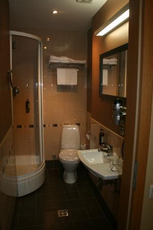 Hanza Hotel: Chambre n° 211-salle de bain