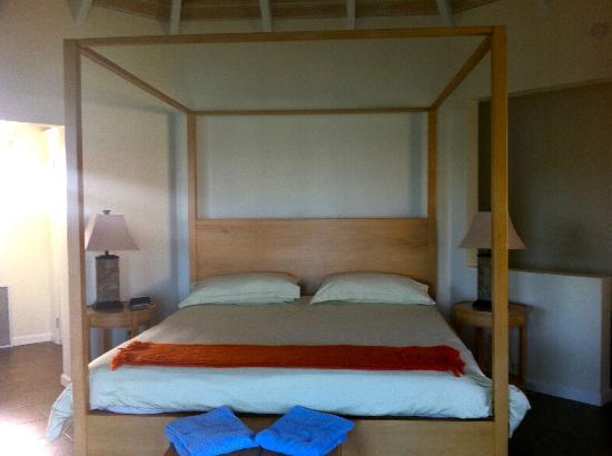 أراواك بيتش إن: Four poster king bed