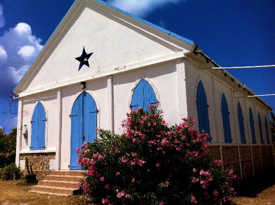 Arawak Beach Inn: Local church in Island Harbour