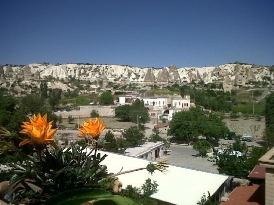 Guven Cave Hotel: Vista desde la terraza descubierta