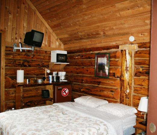 Midnight Sun Log Cabins: room