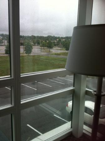 Holiday Inn Hotel & Suites Memphis-Wolfchase Galleria: This is a window when staying in a Suite. At time, obviously, it was raining.