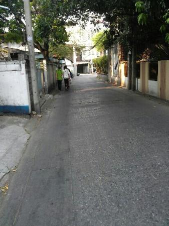Moeleng Boutique Residence (S2S Boutique): road toward hotel