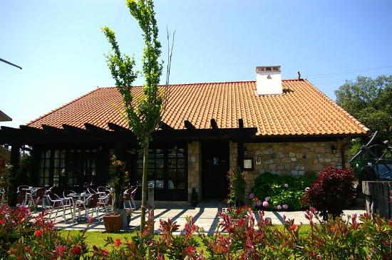 Basalbo Baserria: Fachada trasera con terraza desde el parking