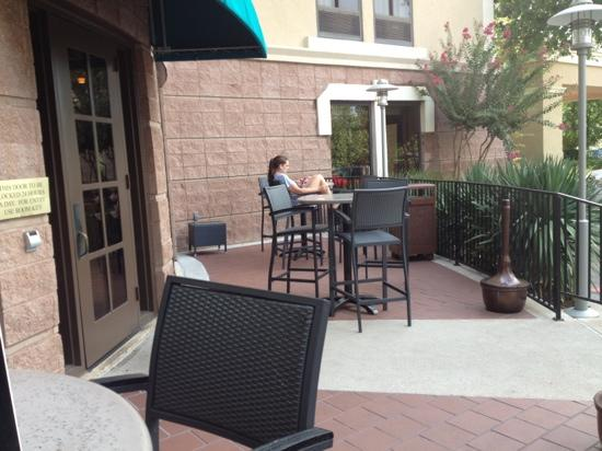DoubleTree by Hilton Hotel Austin - University Area : Nice patio just off the bar.