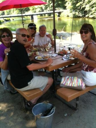 TouVelle House Bed & Breakfast: Lunch along the Applegate River at Red Lilly Winery
