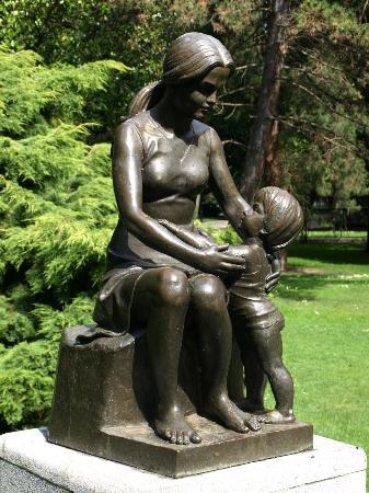 Esculturas de Oviedo: Maternidad