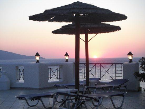 Hotel Andromeda: Sonnenuntergang auf der Poolterrasse
