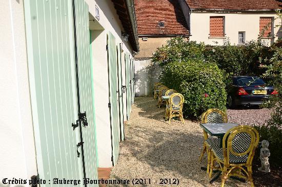 Auberge Bourbonnaise: Terrasse pour les chambres en rez de jardin