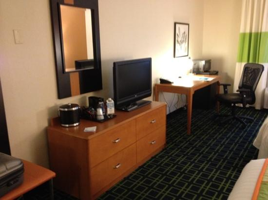 Fairfield Inn & Suites Cumberland : tv and desk