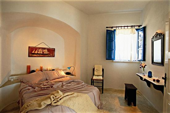Altana Traditional Houses: VIP Suite Bedroom