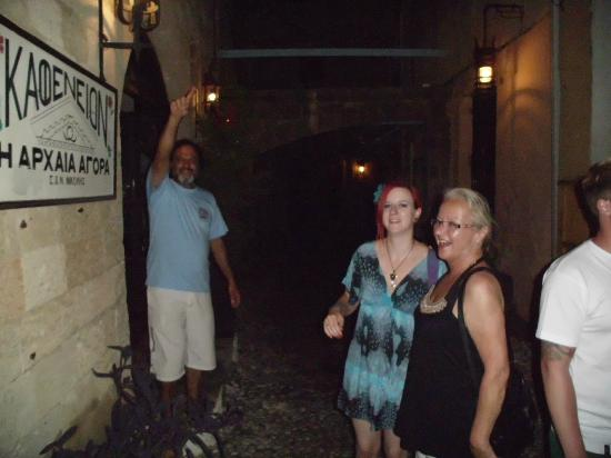 S. Nikolis Hotel: dieses Kafeneion liegt in einem Gewölbe und wird von der Tochter Maria geführt