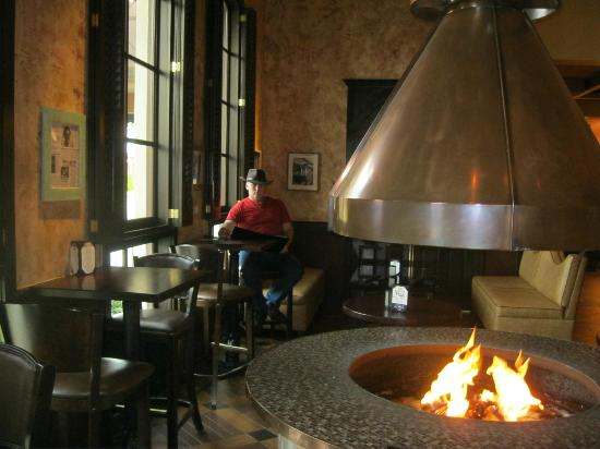 Copeland's of New Orleans: The Lobby Bar is filled with ambiance