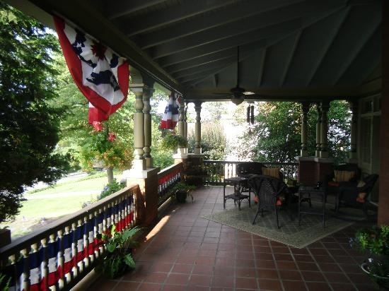B.F. Hiestand House Bed & Breakfast: I wish I had this front porch