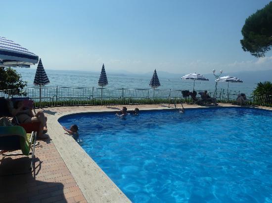 Hotel Vela d'Oro: Enclosed pool overlooking lake