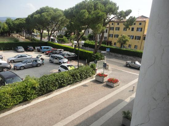 Hotel Vela d'Oro: View of car park/street